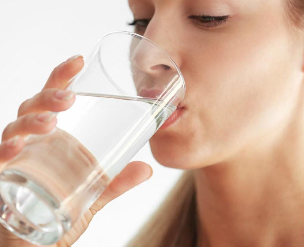 Bere molta acqua può evitare il contagio da Coronavirus
